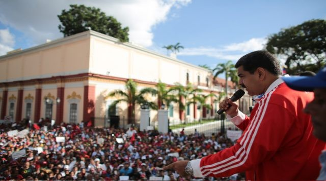 Maduro addresses a chavista crowd outside Miraflores after the defeat in the 2015 parliamentary elections (photo by AVN)