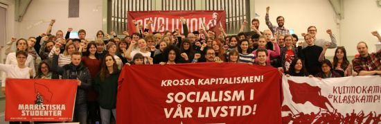 Helgen avslutades med en livlig version av internationalen. Foto: Revolution