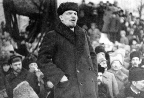Lenin talar under ryska revolutionen.