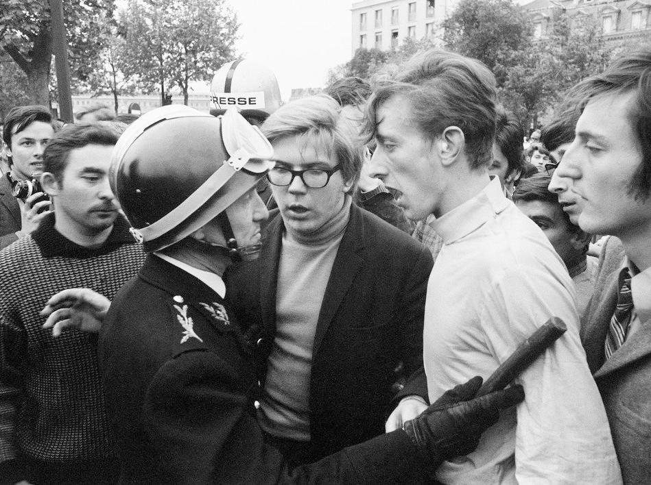 Polis diskuterar med en demonstrant i Paris 1968.